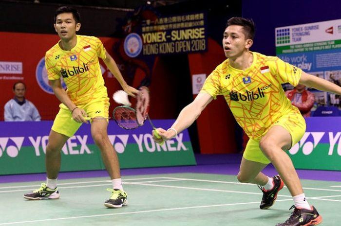 Pasangan ganda putra Indonesia, Fajar Alfian/Muhammmad Rian Ardianto, mengembalikan kok ke arah  Lee Jhe-Huei/Lee Yang (Taiwan) pada laga perempat final yang berlangsung di Hong Kong Coliseum, Jumat (16/11/2018).