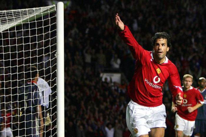 Mantan striker Manchester United, Ruud van Nistelrooy, merayakan gol yang dia cetak ke gawang Benfica dala