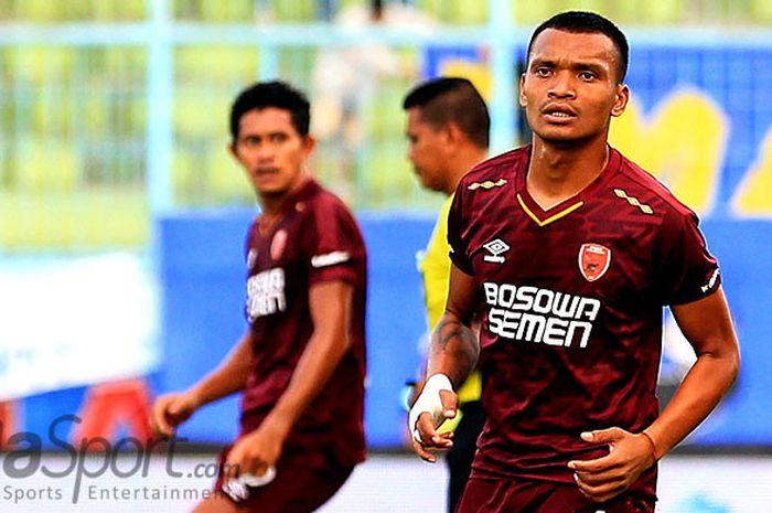 Striker PSM Makassar, Ferdinand Sinaga, saat tampil melawan Arema FC padada laga pekan kedelapan L