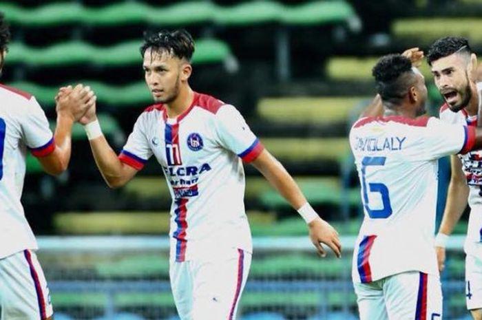 Empat pemain Felcra FC termasuk David Laly (dua dari kanan) merayakan gol ke gawang Felda United pada laga putaran kedua Piala FA Malaysia 2018 di Stadion Shah Alam, Selangor, Sabtu (3/3/2018).