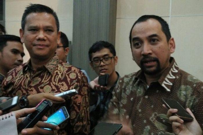 Direktur Utama PT Liga Indonesia Baru (LIB), Berlinton Siahaan (kiri) dan CEO PT LIB, Risha Adiwijay