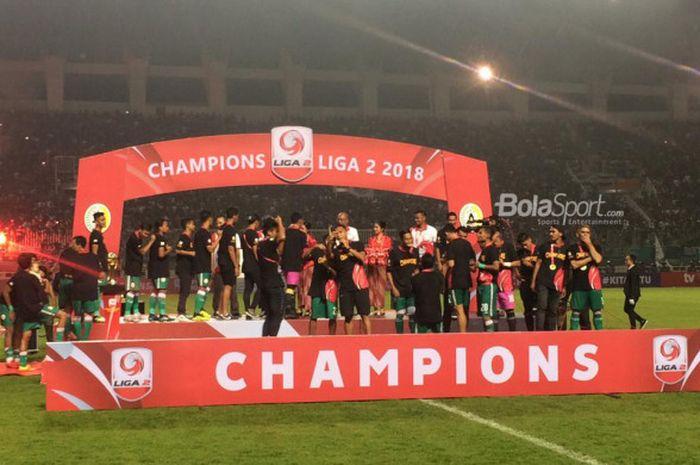 Selebrasi PSS Sleman saat meraih gelar juara Liga 2 2018 usai mengalahkan Semen Padang dengan skor 2-0 di partai final di Stadion Pakansari, Cibinong, Selasa (4/12/2018).