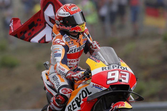 Marc Marquez berselebrasi usai menjalani balapan MotoGP Rep Ceska di Automotodrom Brno, Rep Ceska, Minggu (5/8/2018).