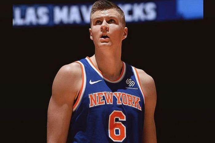 Pemain New York Knicks, Kristaps Porzingis, saat beraksi pada salah satu laga musim reguler NBA.