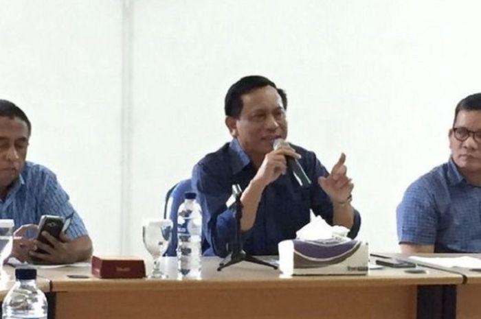 Ketua Umum PP PBVSI Imam Sudjarwo (tengah) mengumkan nama-nama pemain voli yang dipanggil masuk timas untuk SEA Games 2017 di Kuala Lumpur.