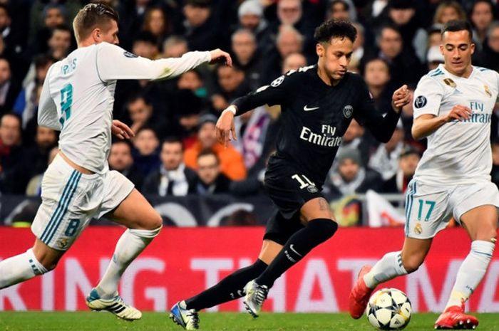 Penyerang Paris Saint-Germain, Neymar (tengah), beraksi dalam laga leg pertama babak 16 besar Liga Champions kontra Real Madrid di Stadion Santiago Bernabeu, Madrid, Spanyol, pada 14 Februari 2018.