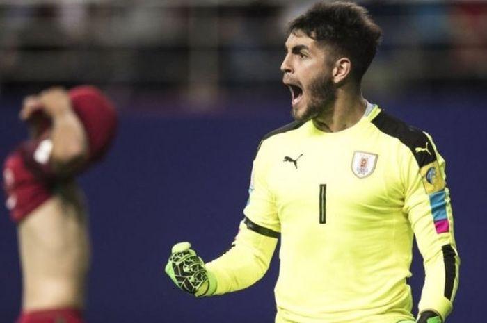 Kiper timnas Uruguay U-20 merayakan keberhasilan negaranya melewati Portugal di babak perempat final Piala Dunia U-20 2017 lewat adu penalti di Daejeon, Korea Selatan, pada Minggu (4/6/2017).