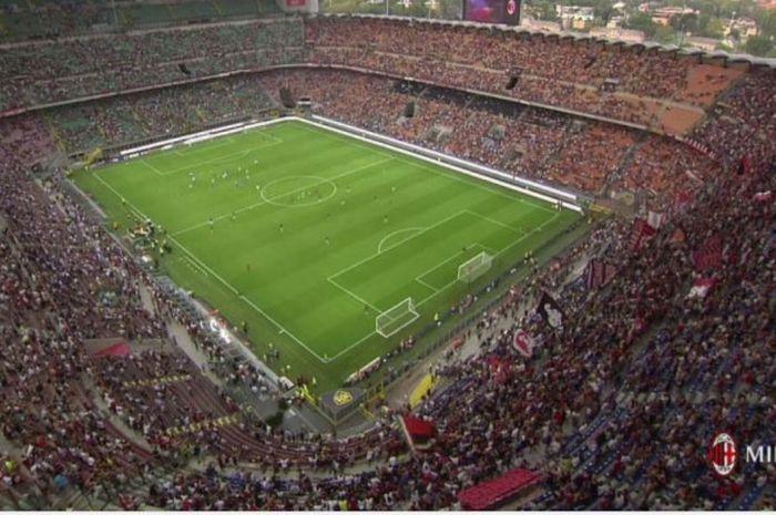 Stadion San Siro, Milan yang dipenuhi oleh penonton saat AC Milan berjumpa Craiova Jumat (4/8/2017).