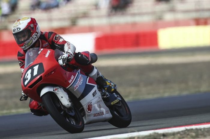 Pebalap Astra Honda Racing Team, Gerry Salim smemacu motor di Sirkuit Albecete, Spanyol, Oktober 201