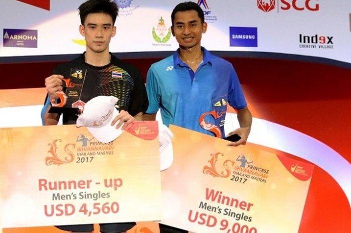 Tommy Sugiarto (kanan) menerima hadiah 9.000 dollar AS setelah menaklukkan Kantaphon Wangcharoen pada partai final Thailand Masters 2017.