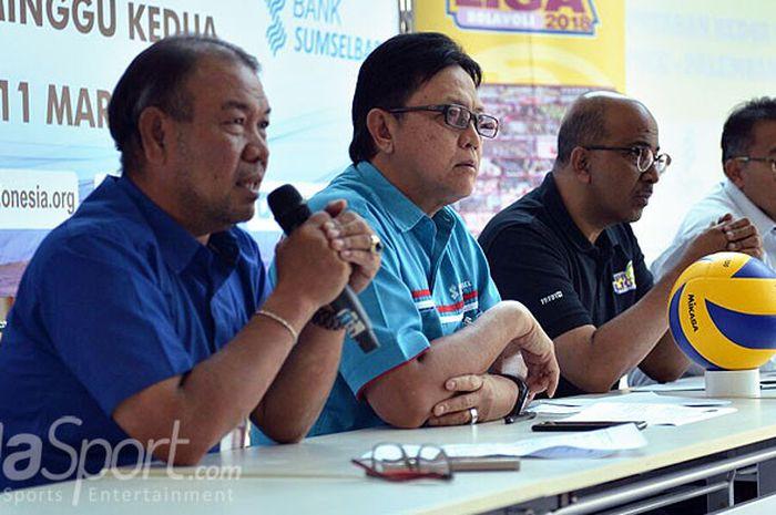 Manajer tim Voli Bank Sumsel Babel, Welsar Lubis dan Dirut Bank Sumsel Muhammad Adil memberikan keterangan dalam jumpa pers sebelum gelaran Proliga putaran kedua 9-11 Maret 2018 di Palembang.