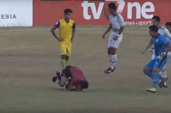 Kekerasan terhadap wasit Abdul Razak di laga Persegres Gresik United melawan Persiwa Wamena pada Sabtu (15/9/2018).