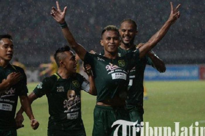 Bintang Persebaya Surabaya Osvaldo Haay selebrasi dengan mengangkat tangannya usai membobol gawang Bhayangkara FC di Stadion Gelora Bung Tomo Surabaya, Senin (26/11/2018) malam WIB.