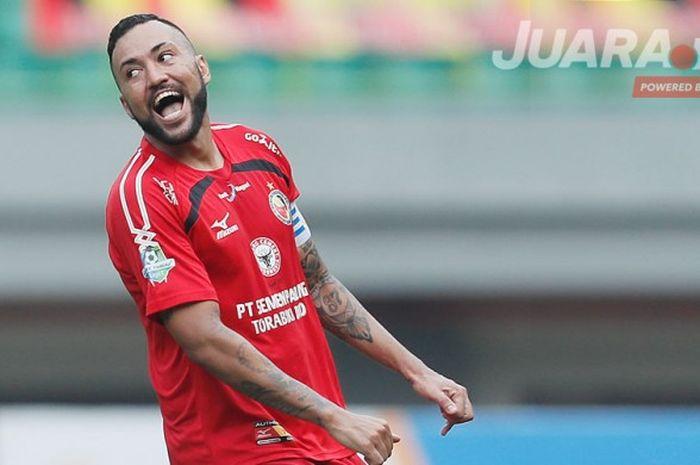 Striker Semen Padang, Marcel Sacramento, saat tampil melawan Bhayangkara FC pada laga pekan ketujuh Liga 1 musim 2017 di Stadion Patriot, Kota Bekasi, Sabtu (20/5/2017) sore.