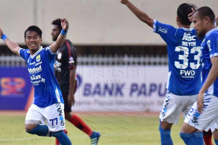 Bintang Persib Bandung Ghozali Siregar (kiri) selebrasi seusai mencetak gol ke gawang Persipura Jayapura dalam Liga 1 2018 pekan ke-25 di Stadion Mandala, Jayapura, Papua, Senin (15/10/2018) sore WIB. Duel berakhir 1-1.
