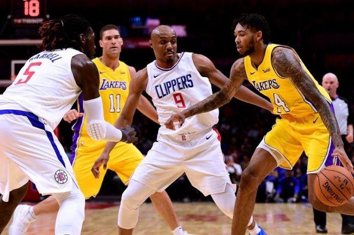 Pebasket Los Angeles Lakers, Brandon Ingram, mendribel bola seraya dijaga dua pemain Los Angeles Clippers pada lanjutan musim reguler NBA 2018-2019 di Staples Center, Los Angeles, California, Amerika Serikat (AS), Jumat (28/12/2018).