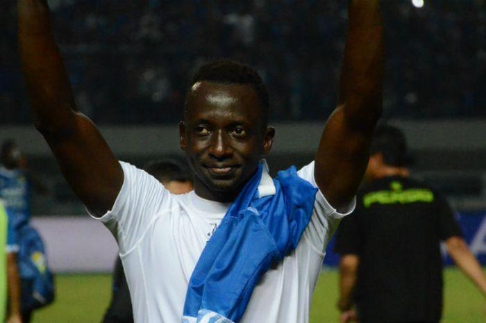 Gelandang Arema asal Mali sekaligus pemain Persib pada 2014, Makan Konate saat menyapa Bobotoh di St