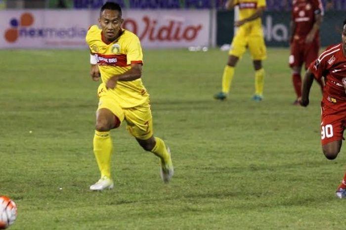 Pemain Semen Padang, Boas Atuturi (kanan) mencoba mengejar gelandang serang Bhayangkara FC, Antoni P