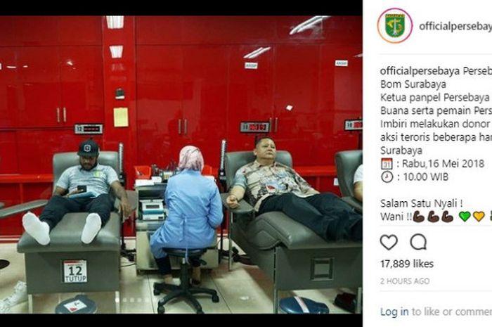 Fandry Imbiri dan Whisnu Sakti Buana saat donor darah di PMI Surabaya, Rabu (16/5/2018) siang.