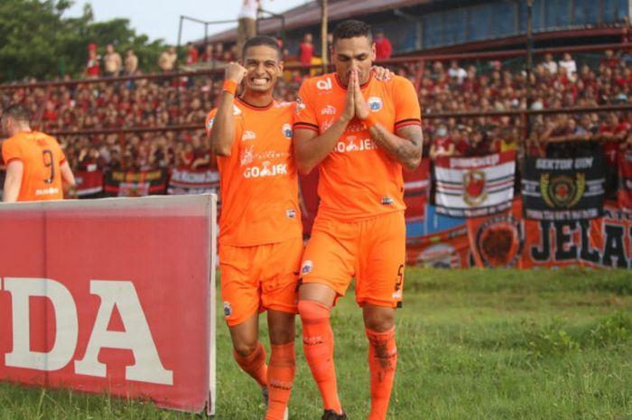 Bek Persija Jakarta, Jaimerson da Silva Xavier merayakan gol yang dicetaknya ke gawang tuan rumah PSM Makassar, bersama rekannya, Renan Silva, di Stadion Andi Mattalatta, Makassar, Jumat (16/11/2018).