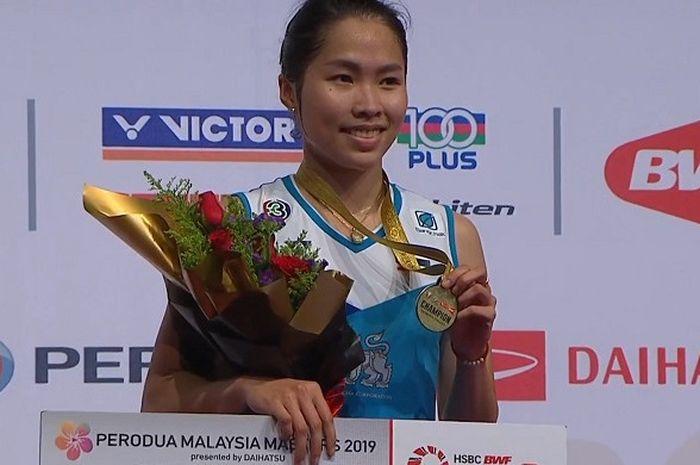 Ekspresi Ratchanok Intanon (Thailand) saat menerima medali usai memenangi partai final Malaysia Mast