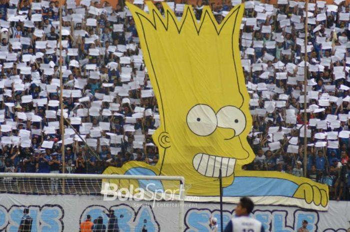 Koregrafi dengan karakter Bart Simpson dibawa ordo pendukung PSIS Semarang, Panser Biru saat menjamu Arema FC pada lanjutan Liga 1 2018 di Stadion Moch Soebroto, Kota Magelang, 4 November 2018.