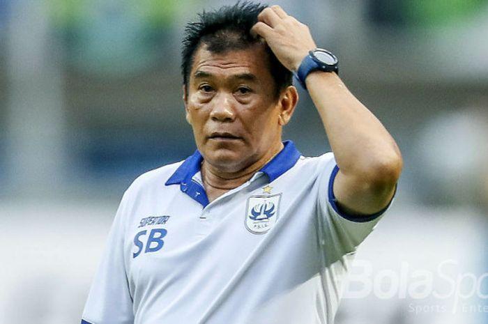 Ekspresi pelatih PSIS, Subangkit, saat mengawasi timnya berlaga di babak 8 besar Liga 2 2017.