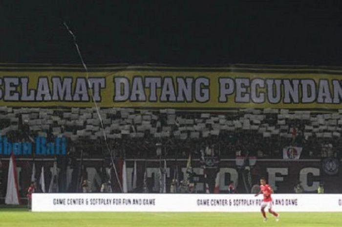 Spanduk yang dibentangkan oleh suporter Bali United saat melawan Bhayangkara FC, di Stadion I Wayan Dipta, Gianyar, Bali, Sabtu (21/7/2018).