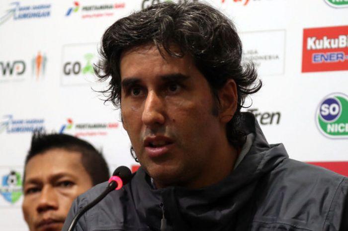 Pelatih Persija Jakarta, Stefano Cugurra, melancarkan kritikan terhadap wasit seusai timnya dikalahkan Persela Lamongan, di Stadion Surajaya, Minggu (20/5/2018).
