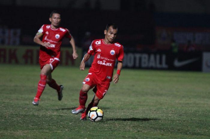 Pemain Persija Jakarta Riko Simanjuntak beraksi pada laga kontra Bhayangkara FC, di Stadion Sultan