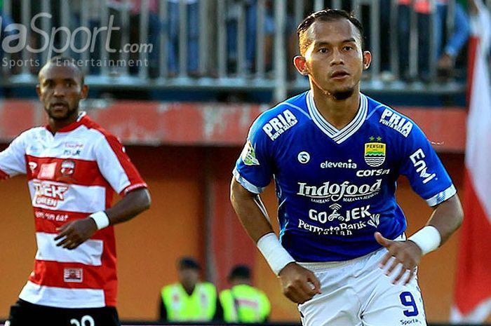 Penyerang Persib Bandung, Airlangga Sucipto, saat menyambut sepak pojok pada laga pekan ketujuh Lig