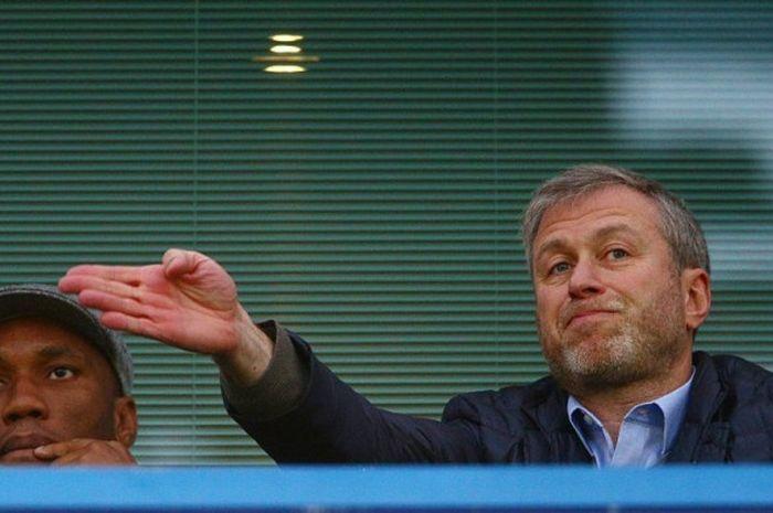 Pemilik Chelsea, Roman Abramovich (kanan), menyaksikan laga timnya melawan Sunderland di tribun Stadion Stamford Bridge, 19 Desember 2015. Ia ditemani legenda klub, Didier Drogba.