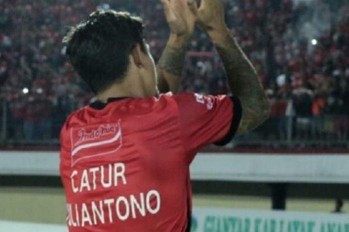 Pemain Bali United Irfan Bachdim memakai baju bertulisan nama Catur Julianto usai mencetak gol ke gawang Persela Lamongan di Stadion I Wayan Dipta, Bali, Minggu (3/9/2017)