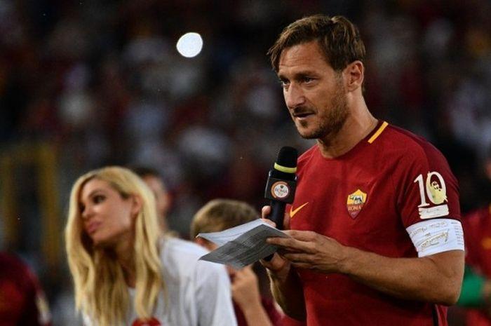 Kapten AS Roma, Francesco Totti, ditemani istri dan ketiga anaknya memberi ucapan perpisahan kepada