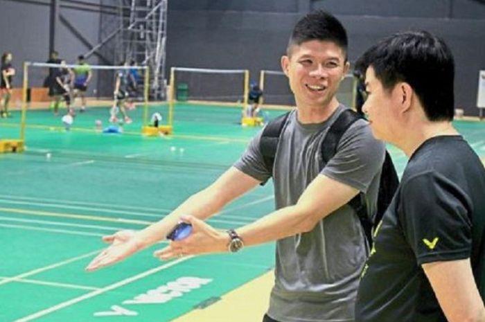 Direktur Kepelatihan BAM Wong Choong Hann (kedua dari kanan) berbicara dengan pelatih ganda putra, Cheah Soon Kit di pelatnas bulu tangkis Malaysia.