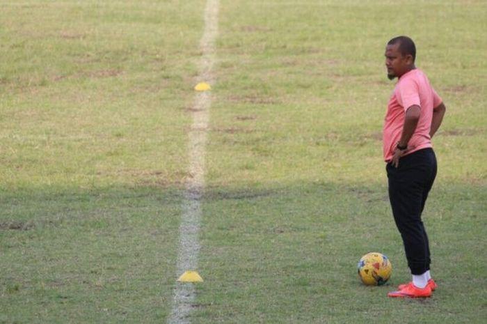 Pelatih Persiraja Banda Aceh, Akhyar Ilyas, saat menjalani latihan di Stadion Teladan Medan, sebelum bertolak tandang ke PSPS Pekanbaru.