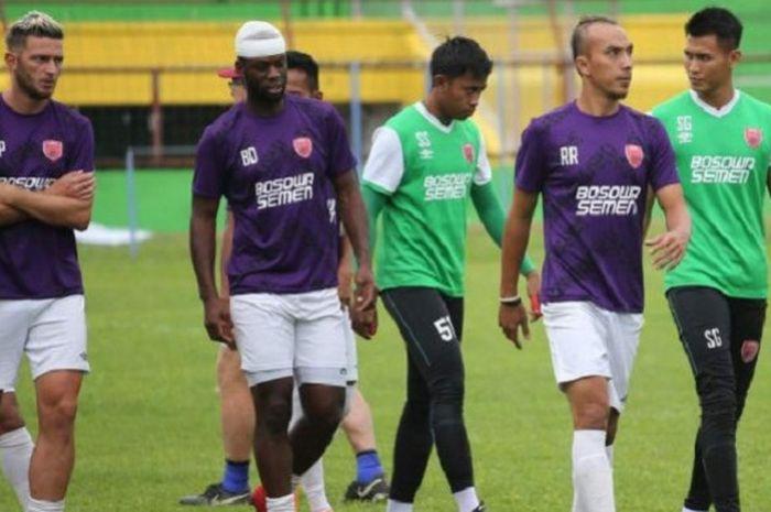 Striker PSM Bruce Djite dengan kepala diperban saat mengikuti latihan di Stadion Mattoanging, Makass