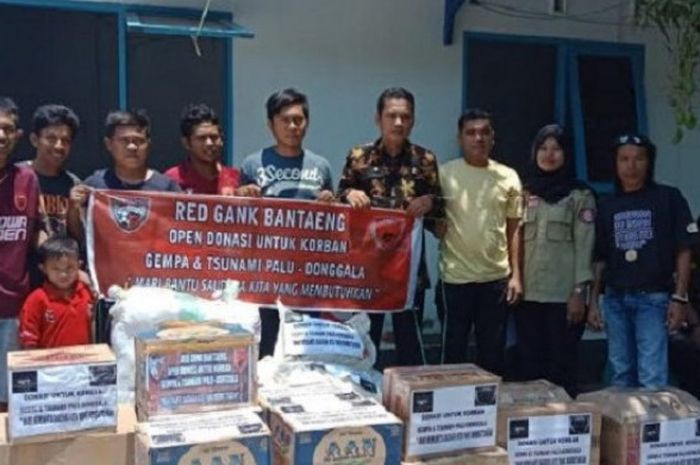 Suporter PSM dari kelompok Red Gank zona Bantaeng menyalurkan bantuan langsung untuk korban gempa di Palu, Kamis (11/10/2018)