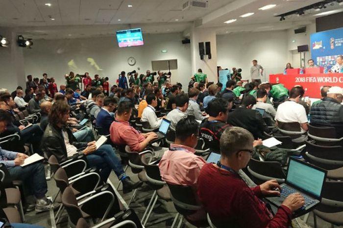 Suasana konpers timnas Arab Saudi yang dihadiri pelatih Juan Antonio Pizzi di Stadion Luzhniki, Moskow pada Rabu (13/6/2018).