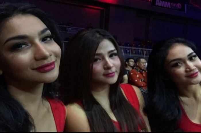 (dari ki-ka) Siva Aprilia, Thya Sethya, dan Lavenia Oviola adalah 3 wanita yang dipercaya sebagai One Pride Angels pada One Pride MMA Fight 14, Sabtu (4/11/2017).