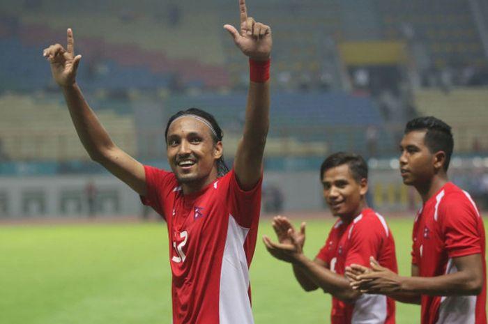 Gelandang timnas Nepal, Rohit Chand mengucapkan terima kasih atas dukungan yang diberikan The Jakmania saat timnya menghadapi timnas Jepang di Stadion Wibawa Mukti, Cikarang, Selasa (14/8/2018).