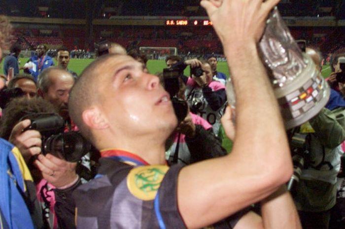 Striker Inter Milan, Ronaldo Luis Nazario de Lima, mengangkat trofi juara Liga Europa pada 6 Mei 1998 usai menumbangkan sesama klub Italia, Lazio, dengan skor 3-0 di Stadion Parc des Princes, Paris, Prancis.