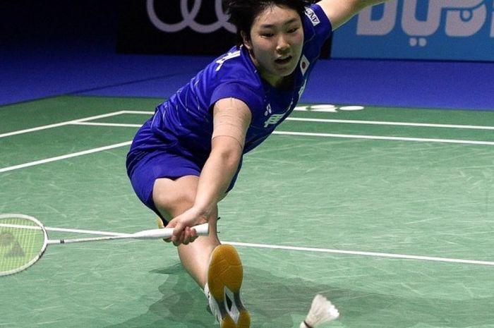 Pebulu tangkis tunggal putri Jepang, Akane Yamaguchi, berupaya menjangkau kok yang dilepas lawannya, Sun Yu (China), pada laga penyisihan hari ketiga turnamen BWF Dubai World Super Series Finals di Hamdan Sports Complex, Dubai, Uni Emirat Arab, 16 Desember 2016.