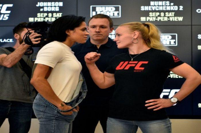 Amanda Nunes (baju putih) dan Valentina Shevchenko.