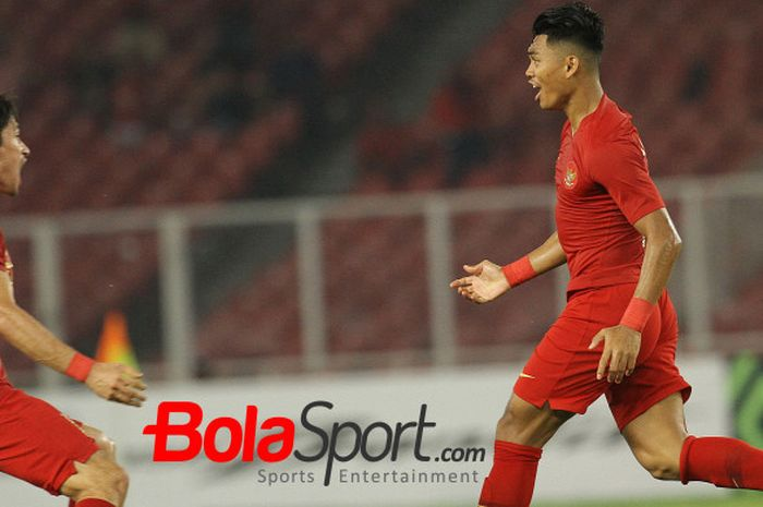 Bek kanan timnas Indonesia, Gavin Kwan (kiri) menyambut Alfat Fathier seusai mencetak gol ke gawang