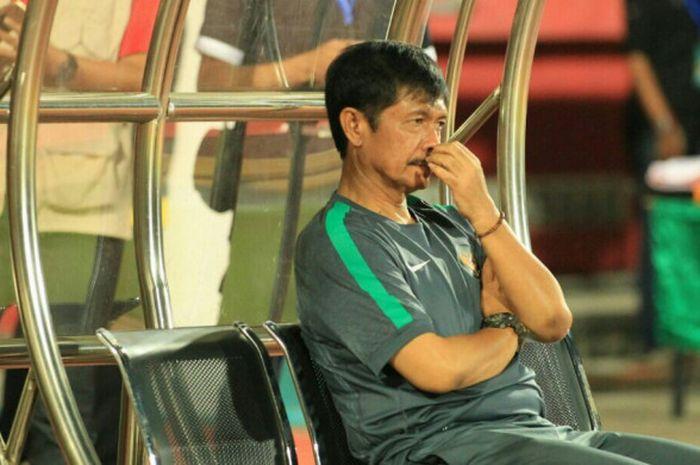 Ekspresi pelatih timnas U-19 Indonesia, Indra Sjafri, saat laga melawan Thailand di Stadion Gelora Delta Sidoarjo, Senin (9/7/2018).