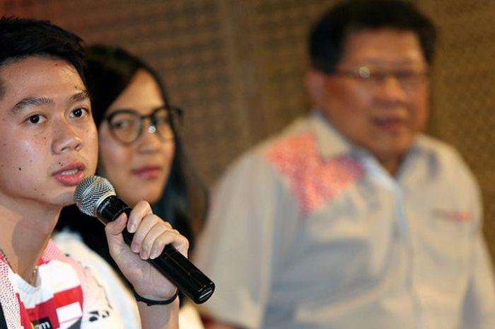 Pebulu tangkis ganda putra Indonesia, Kevin Sanjaya Sukamuljo, berbicara dalam acara pemberian bonu