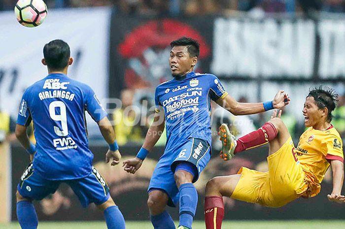 Dua pemain Persib Bandung, Airlangga (kiri) dan Tony Sucipto (tengah), menghadang pergerakan gelandang Sriwijaya FC, Adam Alis, dalam laga pembuka Piala Presiden 2018 di Stadion Gelora Bandung Lautan Api, Kab. Bandung, Selasa (16/1/2018).