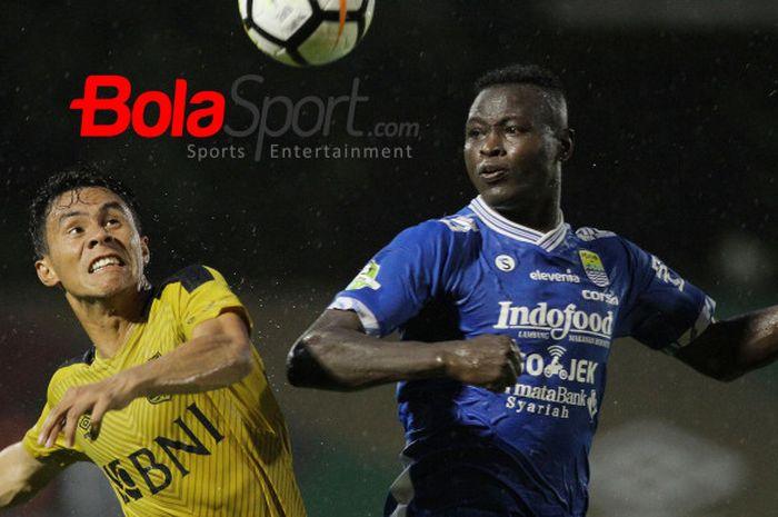 Duel udara antara striker Persib, Ezechiel N'Douassel (kanan) dengan pilar Bhayangkara FC, Herman Dzumafo pada pekan ke-29 Liga 1 2018 di Stadion PTIK, Jakarta Selatan, 3 November 2018.