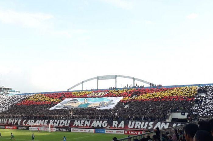 Koreografi Brigata Curva Sud saat PSS Sleman menjamu Persiraja Banda Aceh di Stadion Maguwoharjo, Sl